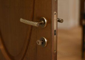 Установка дверных замков сложность любая