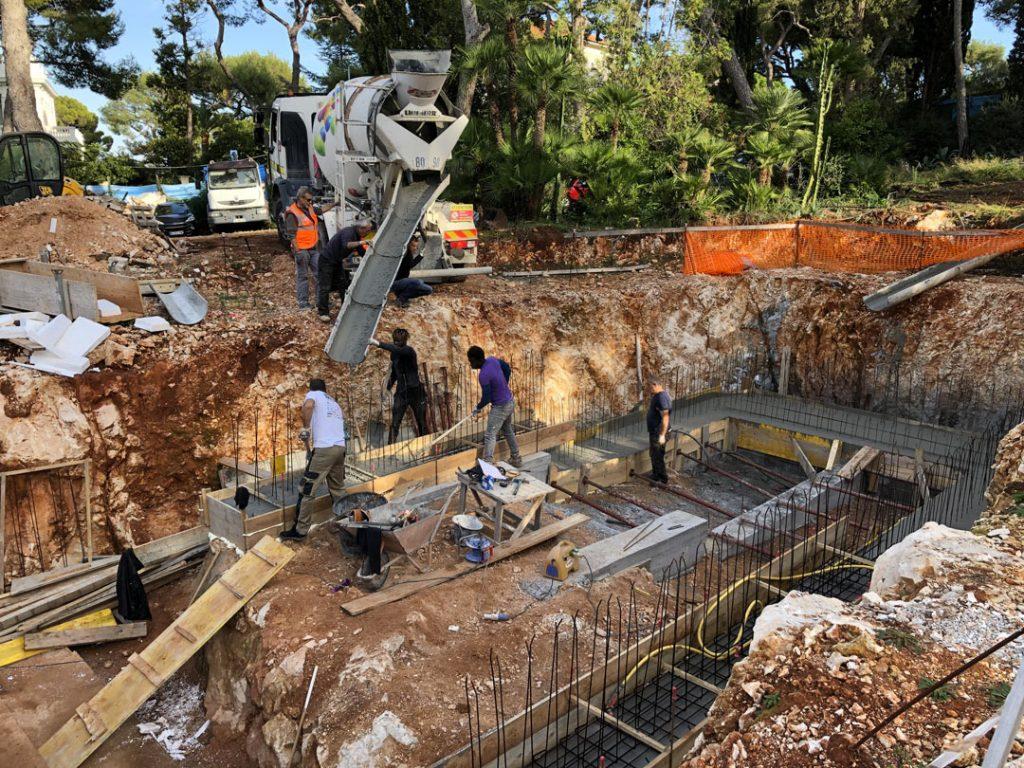 Заливка монолита бетоновозом