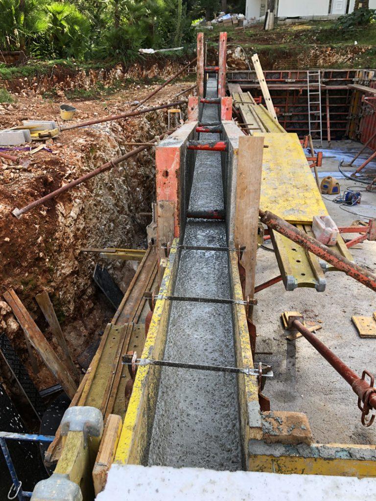 Залив бетонных стен при стройке бассейна