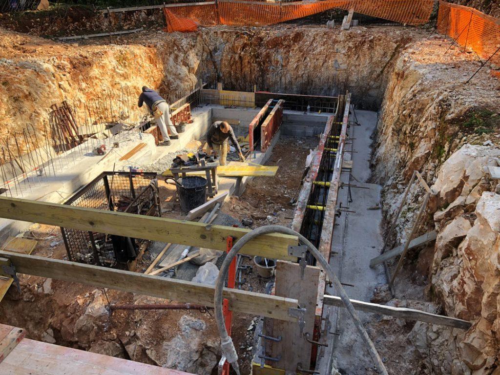 Использование вибратора при заливе бетона