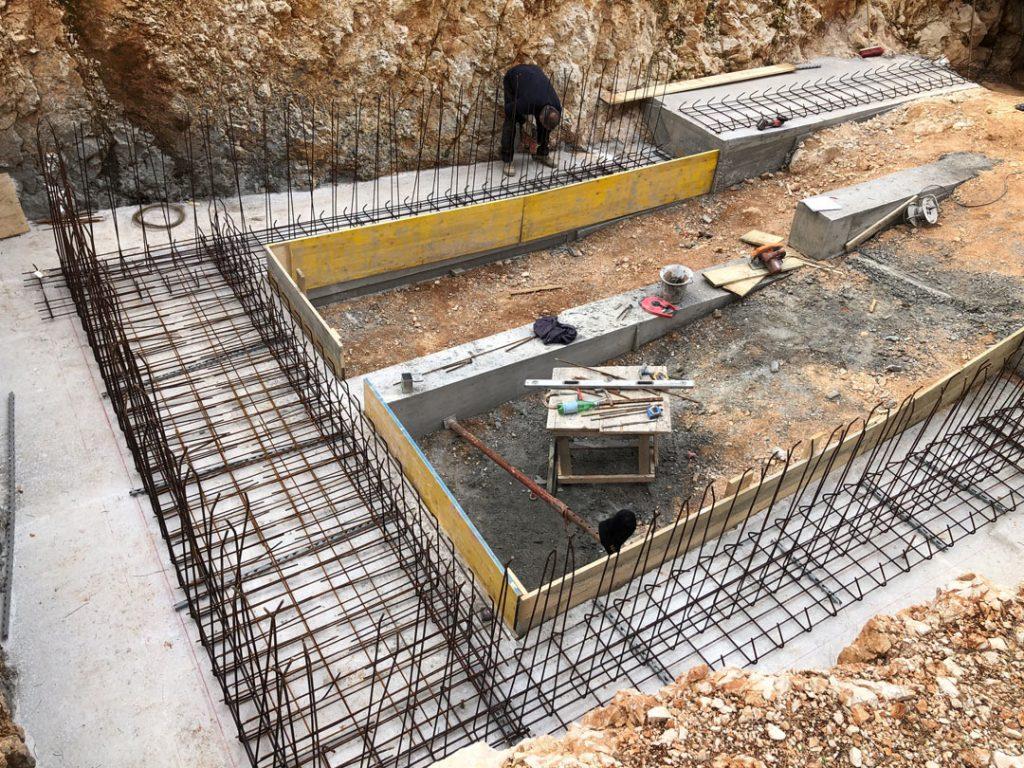 Ручная вязка арматуры при строительстве