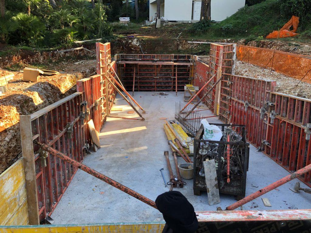 Упорные конструкции при заливе стен бассейна
