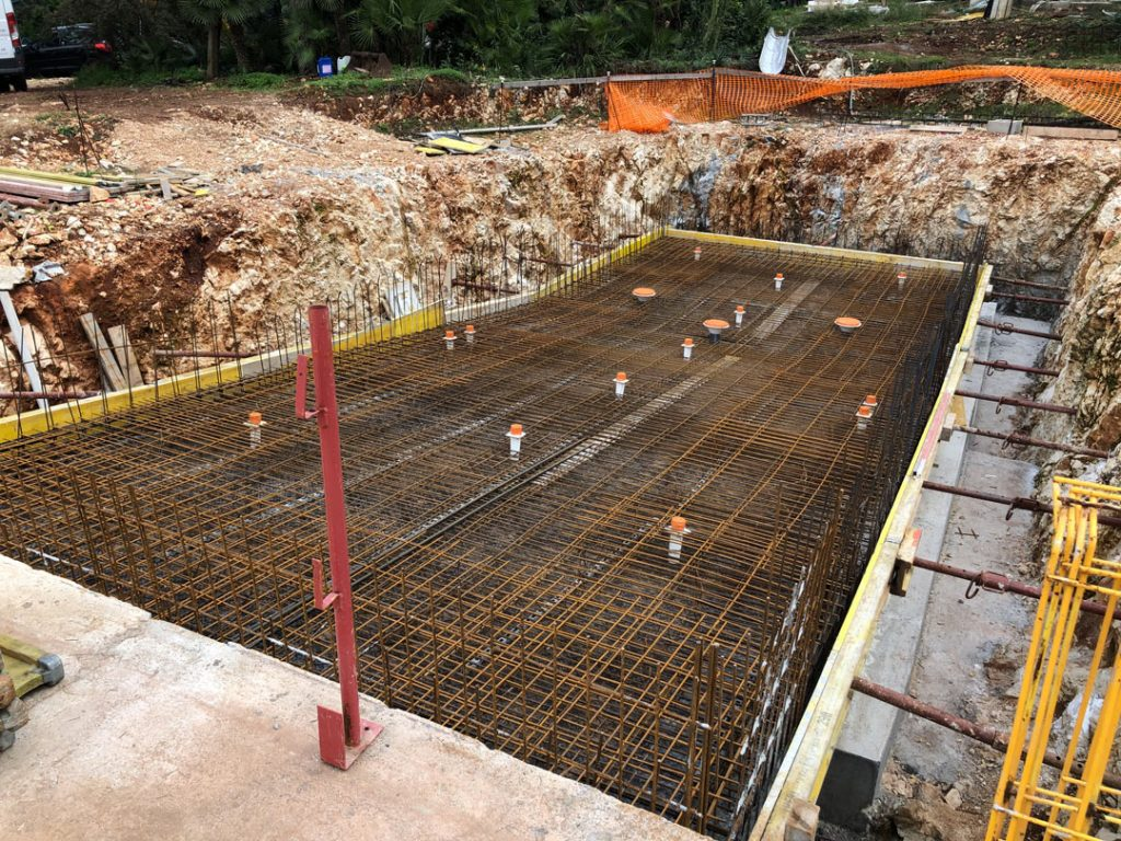 Установка инженерных коммуникаций на стройке бассейна