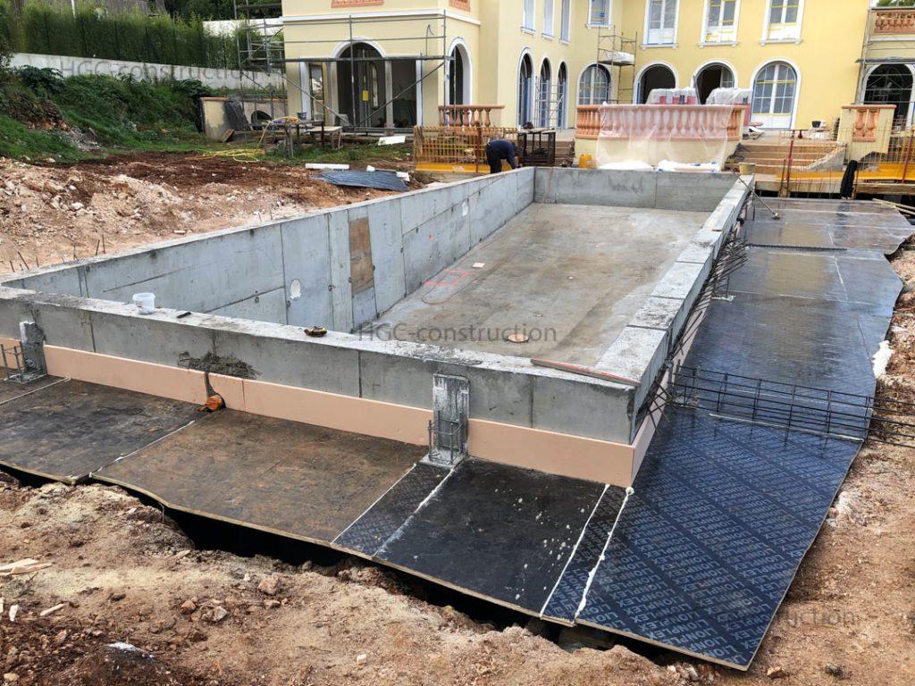 Устройство изоляционного слоя на стройке бассейна