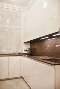 Элегантный дизайн кухни с столешницей из мрамора